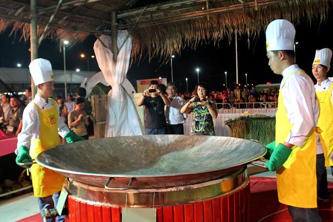 Riêng chiếc chảo khủng có đường kính hơn 2m, nặng đến 35 kg